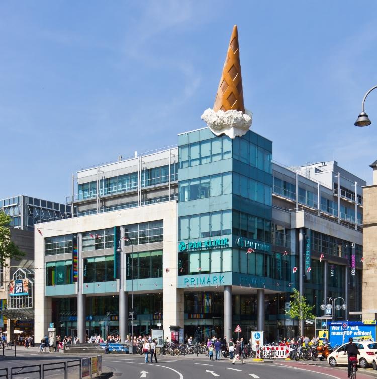 Neumarkt-Galerie,_Köln_mit_Skulptur_Dropped_Cone_-_Claes_Oldenburg_und_Coosje_van_Bruggen-8364.jpg
